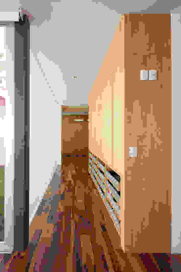 Casa Rinconada Pasillos, vestíbulos y escaleras minimalistas de Echauri Morales Arquitectos Minimalista