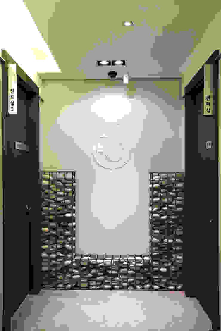 Samsung Yubang Clinic 모던 스타일 병원 by (주)유이디자인 모던