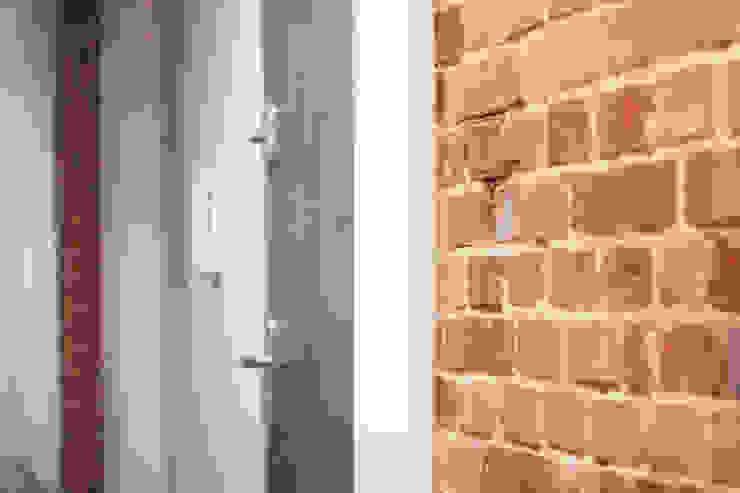Projekt Wnętrza: Mieszkanie w dawnym zabrzańskim familoku. Industrialny korytarz, przedpokój i schody od Akuratnie Industrialny