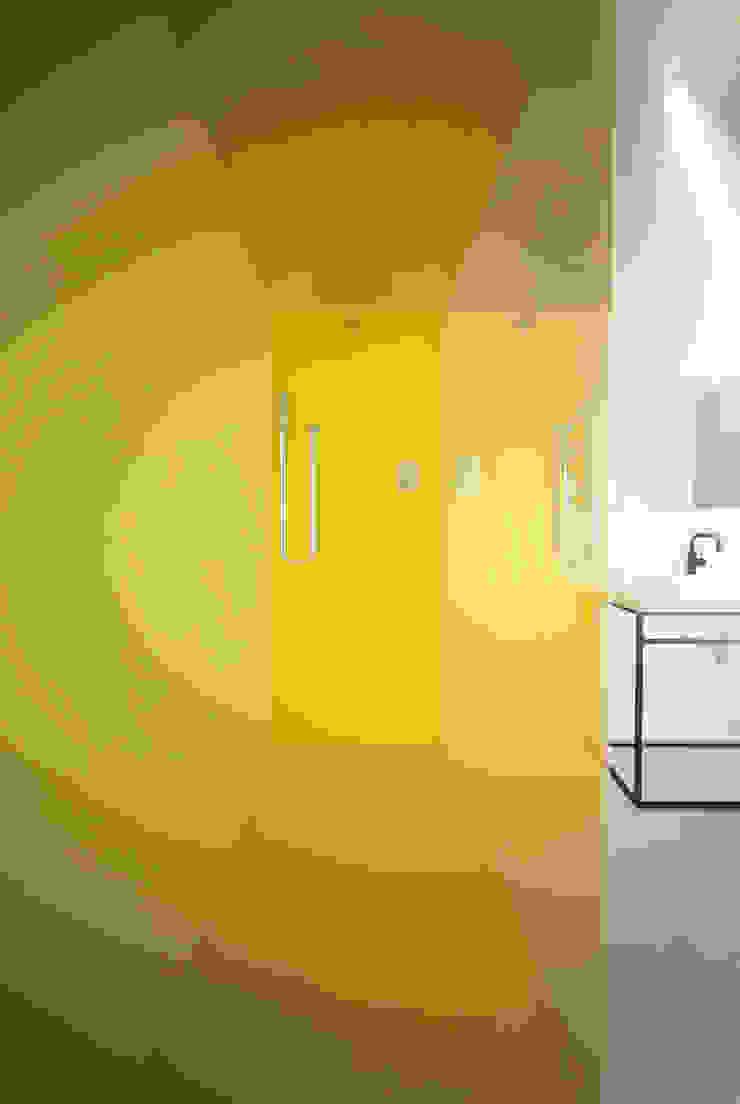 Projekt Wnętrza: Mieszkanie Młodego Architekta Minimalistyczna łazienka od Akuratnie Minimalistyczny