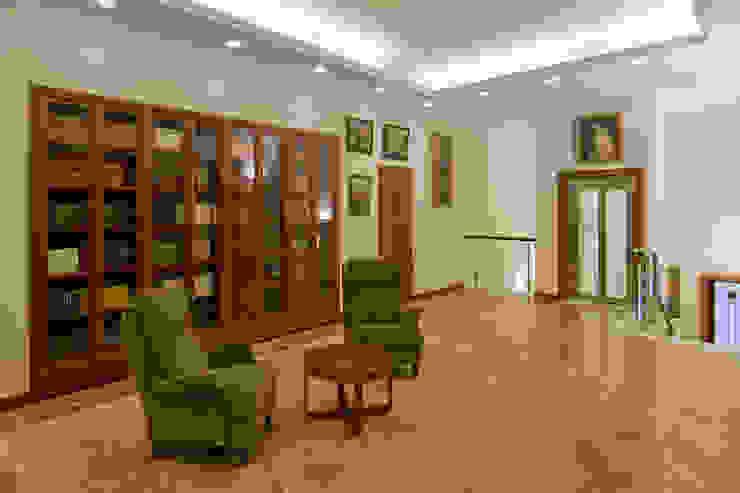 Холл второго этажа Коридор, прихожая и лестница в классическом стиле от ItalProject Классический