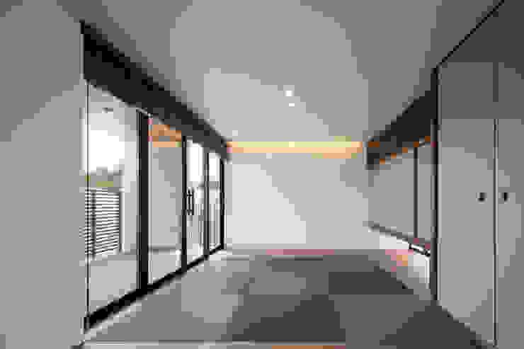Salle multimédia originale par 井上久実設計室 Éclectique