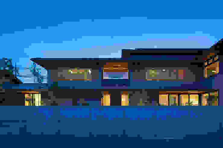外観 夕景 オリジナルな 家 の 井上久実設計室 オリジナル