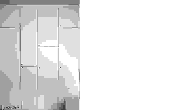 pojemna szafa w salonie Skandynawska garderoba od JJJASKOLA ARCHITEKCI Skandynawski