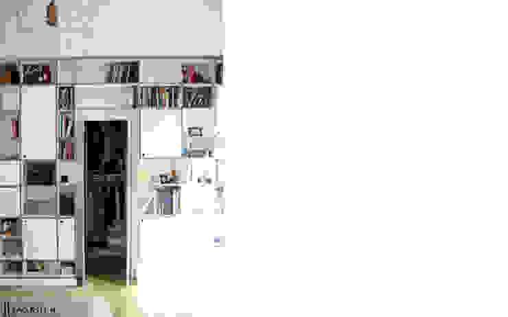 garderoba obudowana regałem ze sklejki Intterno Skandynawska sypialnia od JJJASKOLA ARCHITEKCI Skandynawski