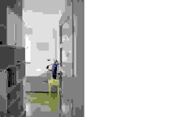 wejście do sypialni Skandynawska sypialnia od JJJASKOLA ARCHITEKCI Skandynawski