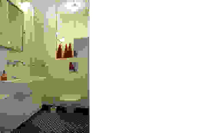 łazienka czarno-biała Skandynawska łazienka od JJJASKOLA ARCHITEKCI Skandynawski