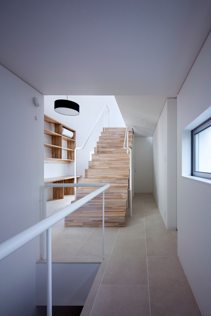 Eclectic style corridor, hallway & stairs by 井上久実設計室 Eclectic