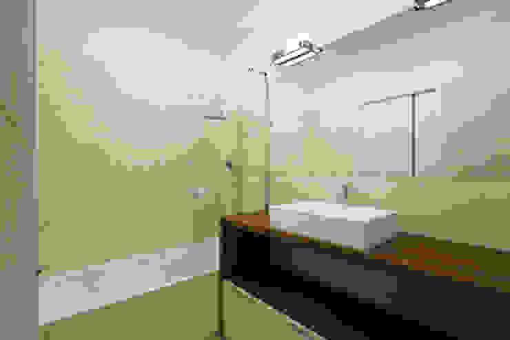 APARTAMENTO EN LA MONTAÑA Baños de estilo minimalista de Agami Design Minimalista