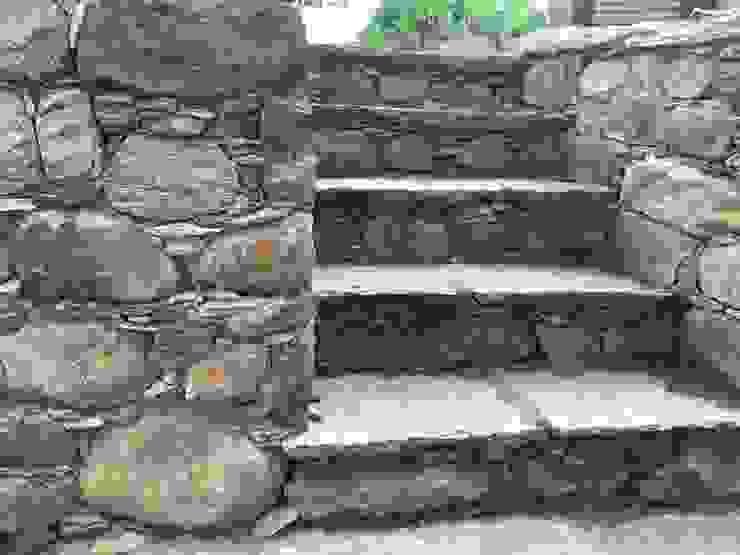 Scale e muretti in pietra di suingiardino Rurale