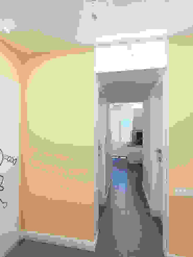 Трава Коридор, прихожая и лестница в эклектичном стиле от Дизайн студия Александра Скирды ВЕРСАЛЬПРОЕКТ Эклектичный