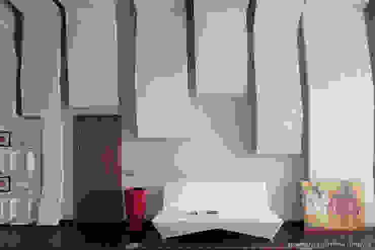 Фрагмент стены с диваном Рабочий кабинет в стиле минимализм от Ply Минимализм