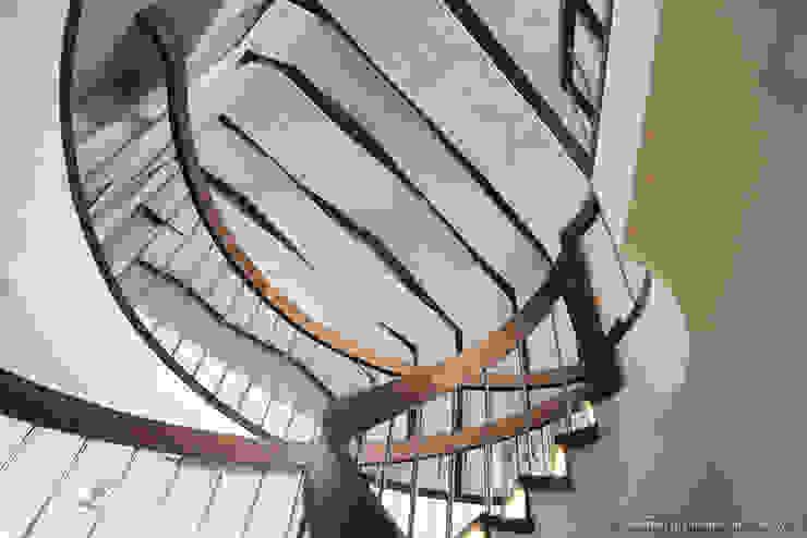 Вид на потолок с винтовой лестницы Коридор, прихожая и лестница в стиле минимализм от Ply Минимализм