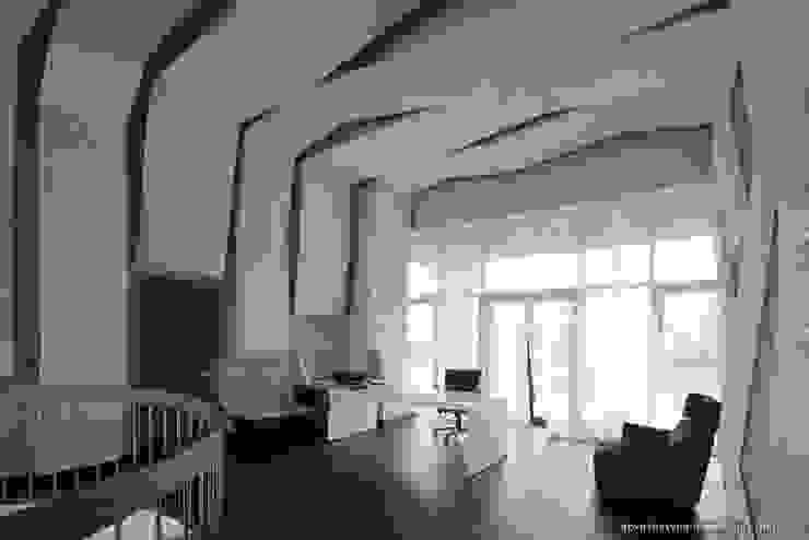 Ракурс на рабочий стол Рабочий кабинет в стиле минимализм от Ply Минимализм