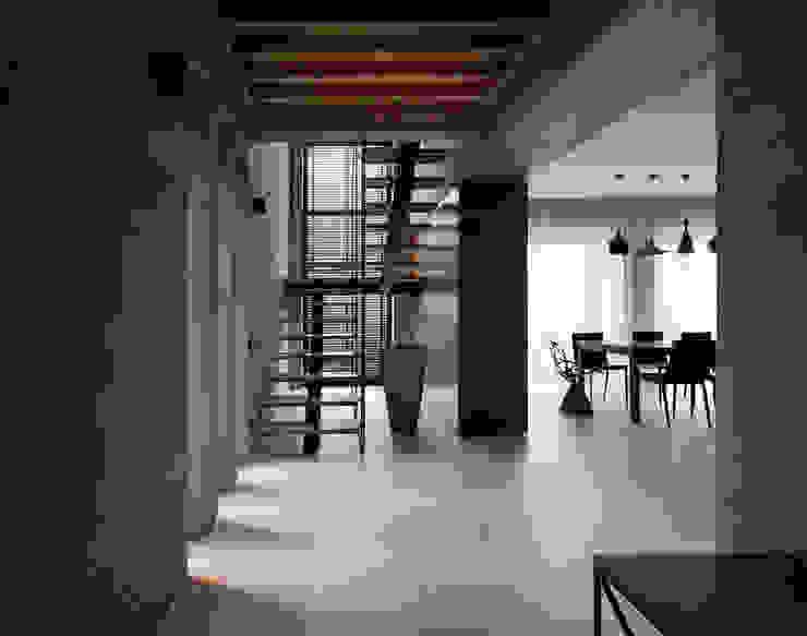Two Levels Коридор, прихожая и лестница в модерн стиле от NOTT DESIGN STUDIO Модерн