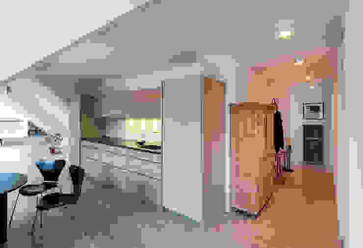 Dachgeschossausbau Vordergebäude Minimalistische Küchen von arcs architekten Minimalistisch
