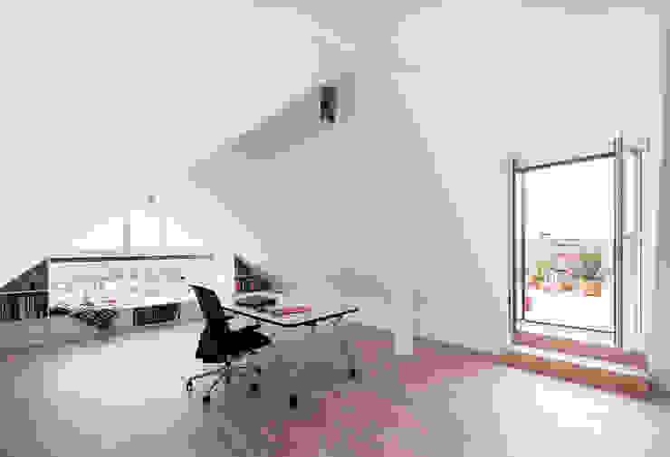 Dachgeschossausbau Vordergebäude Minimalistische Arbeitszimmer von arcs architekten Minimalistisch