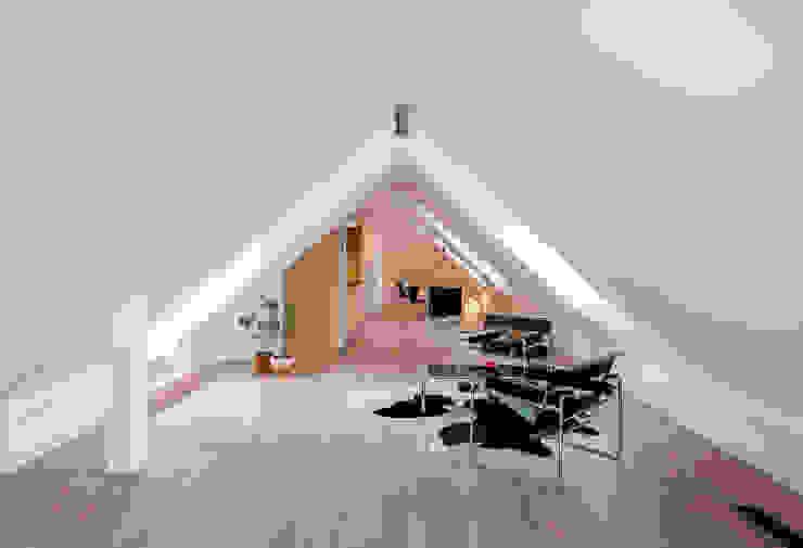 Dachgeschossausbau Vordergebäude Minimalistische Wohnzimmer von arcs architekten Minimalistisch