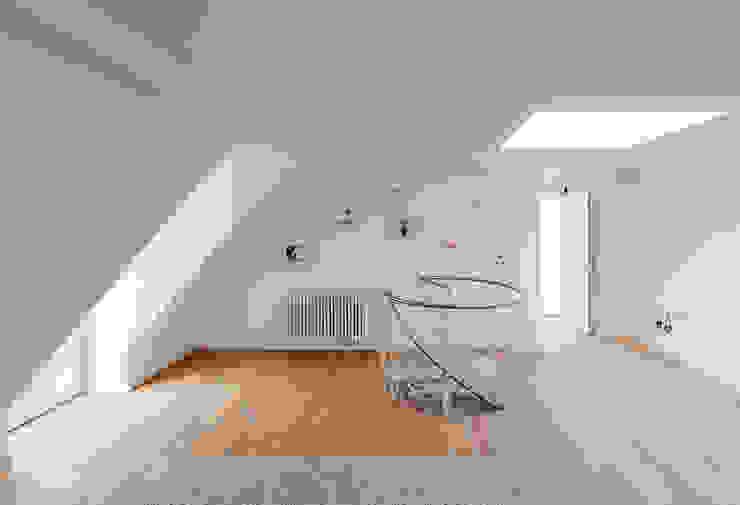 Dachgeschossausbau Rückgebäude Minimalistischer Flur, Diele & Treppenhaus von arcs architekten Minimalistisch