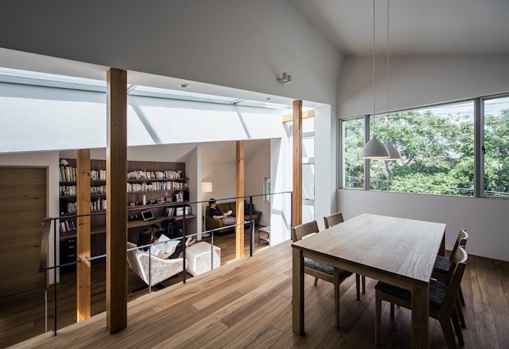 A view of the study and the living room from the dining room Modern living room by 株式会社seki.design Modern