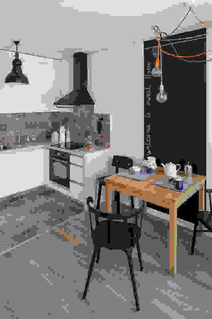 Проект однокомнатной квартиры-студии 40 м² Кухня в скандинавском стиле от SAZONOVA group Скандинавский