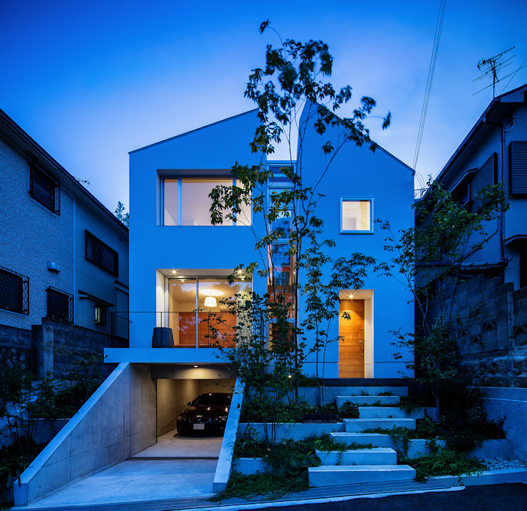 A view of the front at twilight Modern houses by 株式会社seki.design Modern