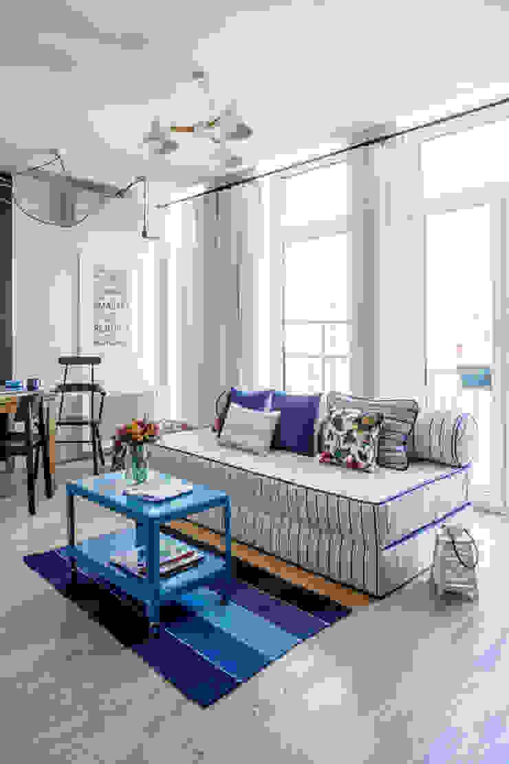 Проект однокомнатной квартиры-студии 40 м² Гостиная в скандинавском стиле от SAZONOVA group Скандинавский