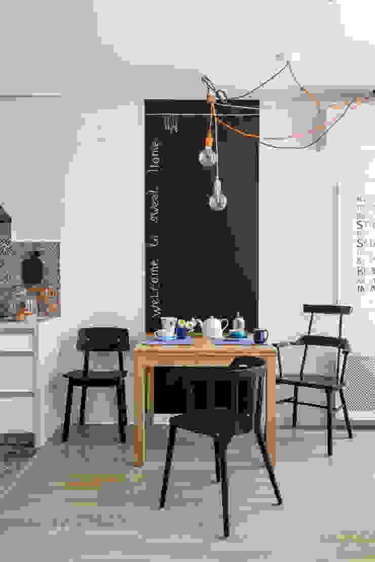 Проект однокомнатной квартиры-студии 40 м² Столовая комната в скандинавском стиле от SAZONOVA group Скандинавский