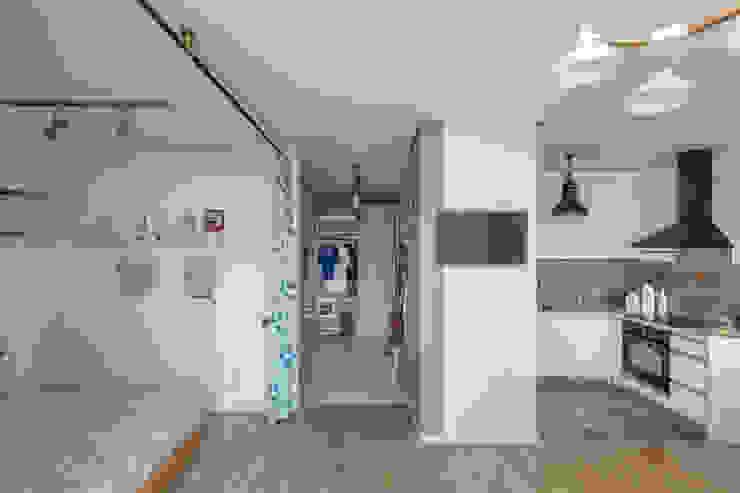 Проект однокомнатной квартиры-студии 40 м² Стены и пол в скандинавском стиле от SAZONOVA group Скандинавский