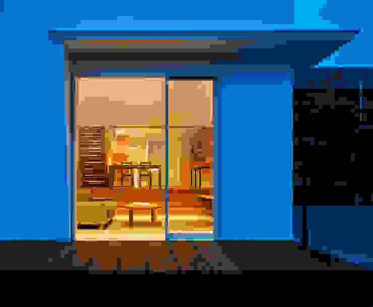 押部谷の家 外からLDKを見通す 北欧デザインの リビング の 株式会社seki.design 北欧