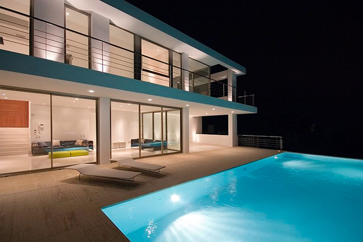 homify Classic style pool