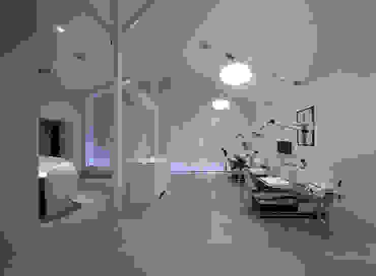 廣瀬歯科診療所 診察室 NIGHT TIME 北欧風病院 の eleven nine interior design office 北欧
