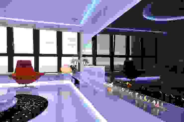 Sea Towers Apartment Minimalistyczny pokój multimedialny od Minsterstwo Spraw We Wnętrzach Minimalistyczny