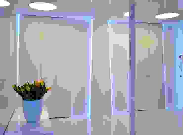 Sea Towers Apartment: styl , w kategorii Korytarz, przedpokój zaprojektowany przez Minsterstwo Spraw We Wnętrzach,Minimalistyczny