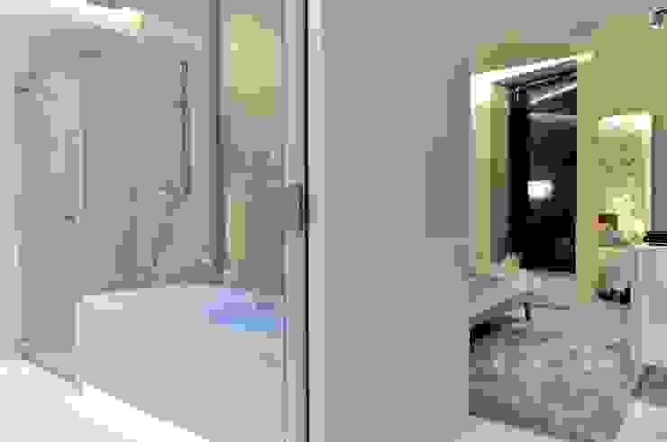 Sea Towers Apartment: styl , w kategorii Domowe biuro i gabinet zaprojektowany przez Minsterstwo Spraw We Wnętrzach,Minimalistyczny
