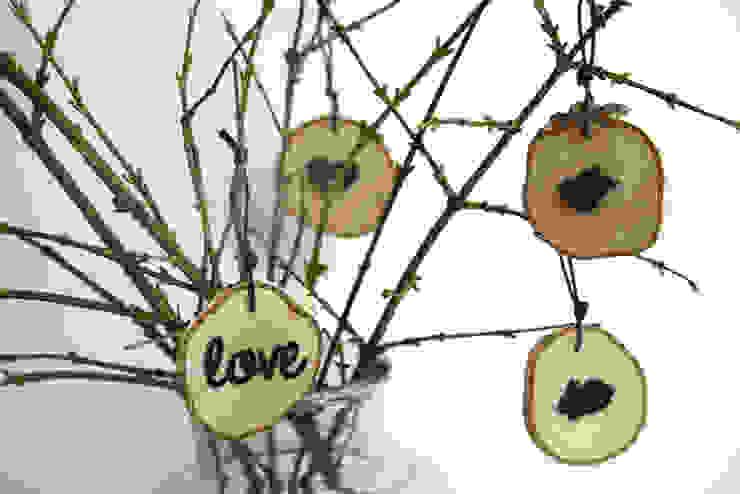 plasterki drewniane na gałęzi w słoju6 od Grin House Design s.c. Skandynawski