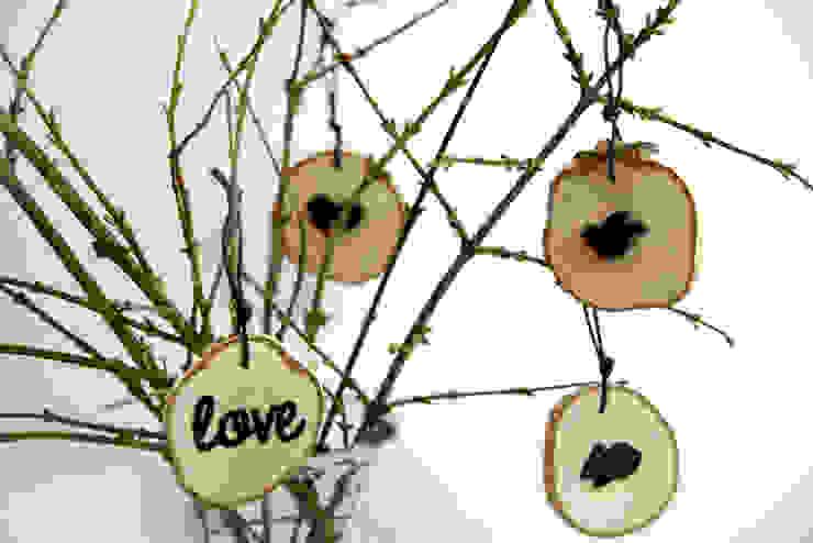 plasterki drewniane na gałęzi w słoju7 od Grin House Design s.c. Skandynawski