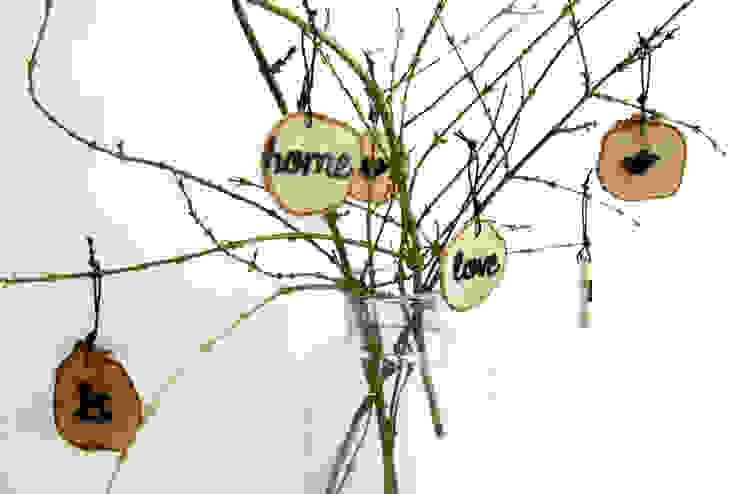 plasterki drewniane na gałęzi w słoju8 od Grin House Design s.c. Skandynawski