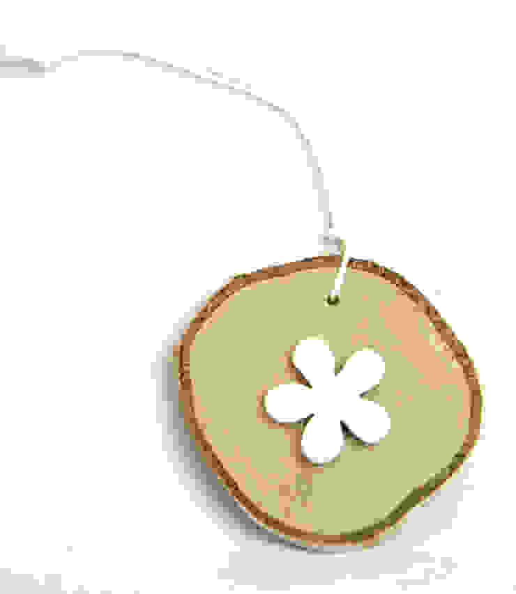 Plasterek drewniany z białym kwiatkiem od Grin House Design s.c. Skandynawski