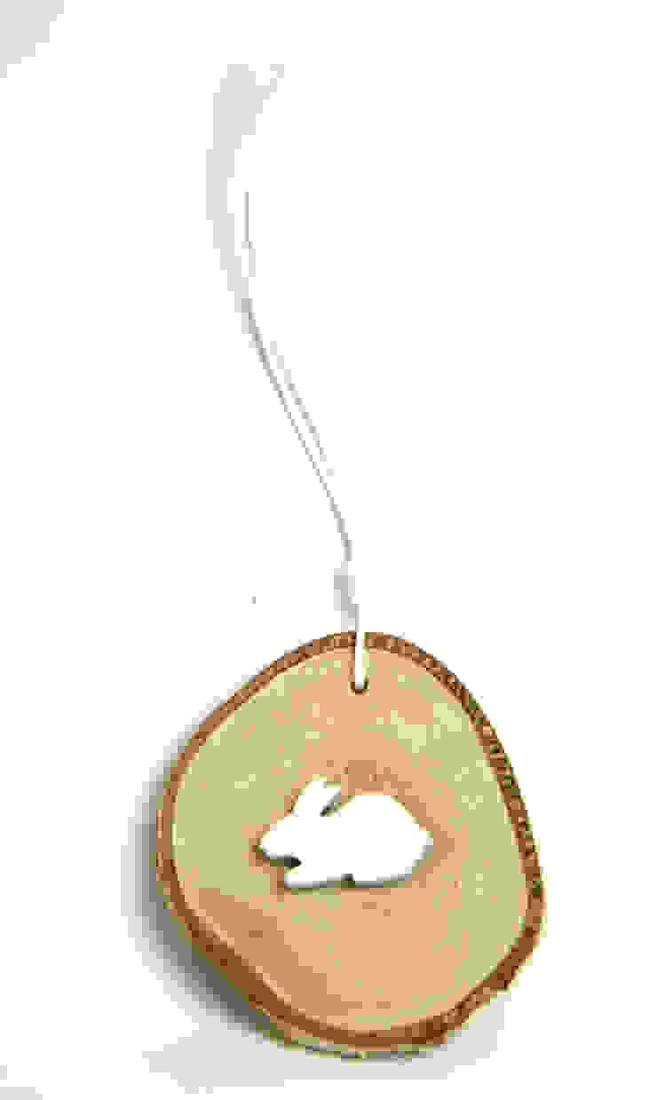 Plasterek drewniany z białym królikiem od Grin House Design s.c. Skandynawski