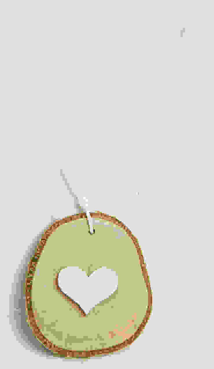 Plasterek drewniany z białym serduszkiem od Grin House Design s.c. Skandynawski