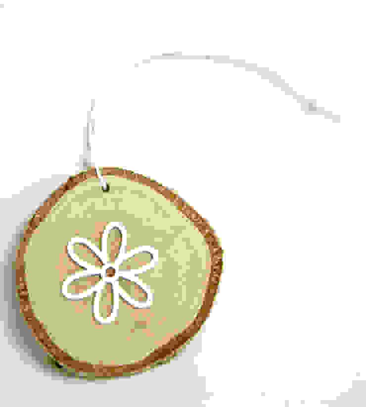 Plasterek drewniany z białym kwiatem od Grin House Design s.c. Skandynawski