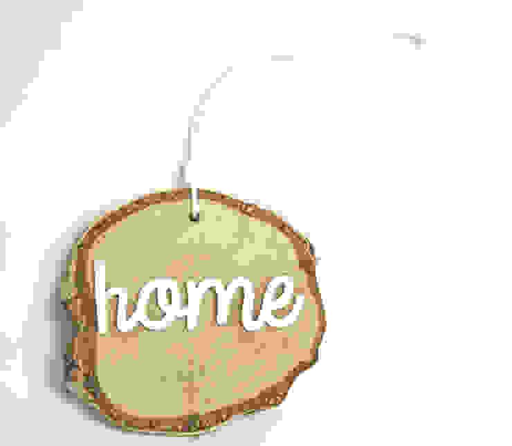 Plasterek drewniany z białym napisem HOME od Grin House Design s.c. Skandynawski