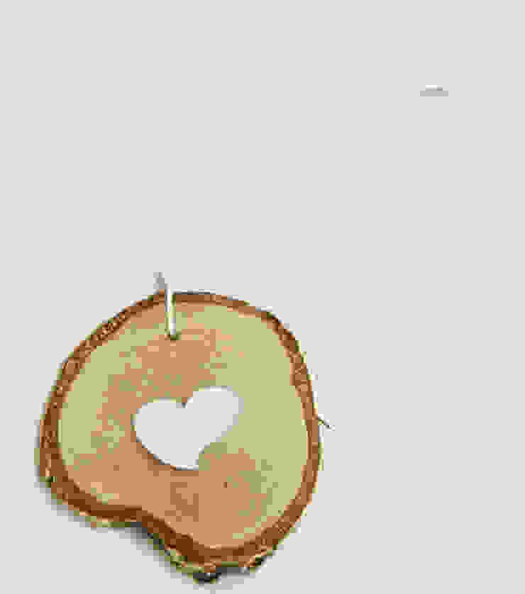 Plasterek drewniany z białym sercem od Grin House Design s.c. Skandynawski