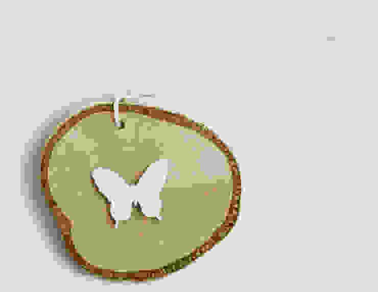 Plasterek drewniany z białym motylem od Grin House Design s.c. Skandynawski