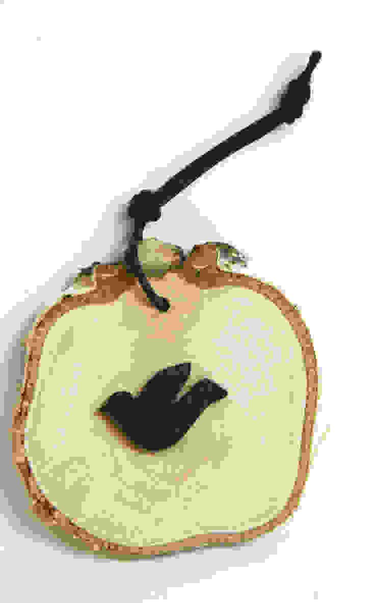 Plasterek drewniany z czarnym gołębiem od Grin House Design s.c. Skandynawski