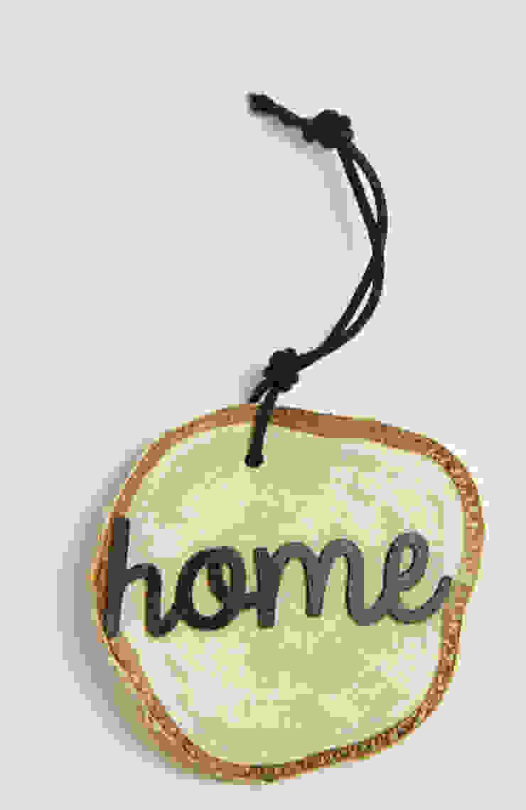 Plasterek drewniany z czarnym napisem HOME od Grin House Design s.c. Skandynawski