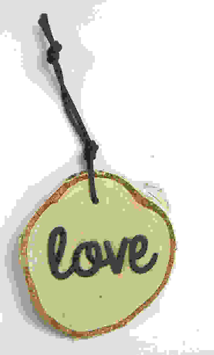 Plasterek drewniany z czarnym napisem LOVE od Grin House Design s.c. Skandynawski