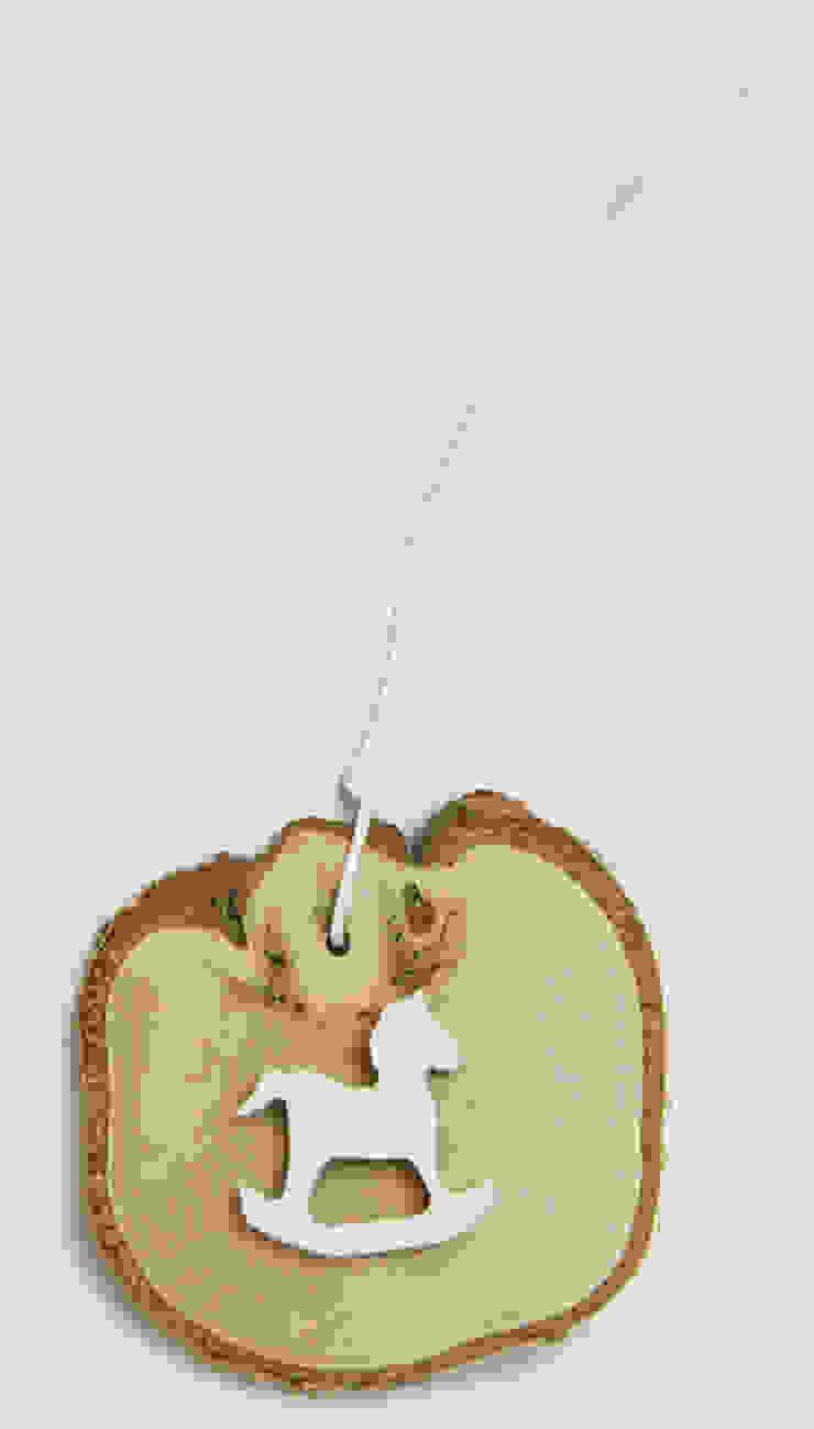 Plasterek drewniany z białym konikiem na biegunach od Grin House Design s.c. Skandynawski