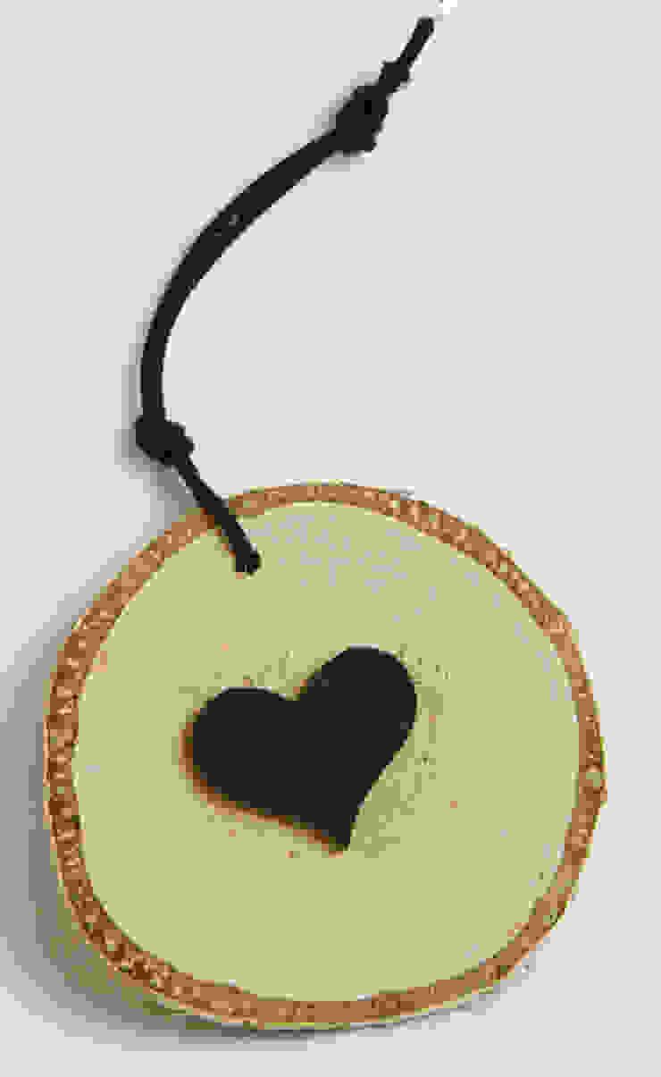Plasterek drewniany z czarnym sercem od Grin House Design s.c. Skandynawski